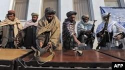 Архивска фотографија: Талибанци го предаваат оружјето, откако решија да им се предадат на авганистанските владини сили во Херат на 5 јануари 2012 година.