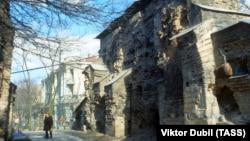 «Золоті ворота» – головна брама стародавнього Києва, пам'ятка оборонної архітектури України-Русі, одна із найдавніших датованих споруд Східної Європи. Перша писемна згадка: 1037 рік. Фотографія 1981 року
