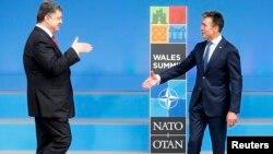 Украина президенті Петр Порошенко (сол жақта) және сол кездегі НАТО бас хатшысы Андерс Фог Расмуссен. 4 қыркүйек 2014 жыл.