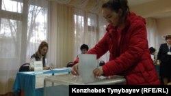 Алматыдағы 350-сайлау учаскесiнде дауыс берiп жатқан сайлаушы. 20 наурыз 2016 жыл.