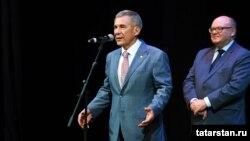 Президент Республики Татарстан Рустам Минниханов (слева) во время встречи с представителями татарской диаспоры в Ташкенте. 24 сентября 2017 года.