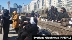 Заемщики проблемных ипотечных кредитов обедают в центре Астаны, где они находятся с 7 апреля. Астана, 14 апреля 2015 года.