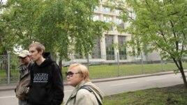 Люди у здания Мосгорсуда требуют отпустить из-под ареста участниц группы Pussy Riot