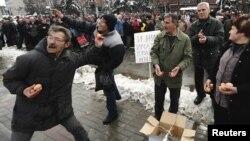 Архивска фотографија- Стечајци протестираат пред Владата во 2010 година.