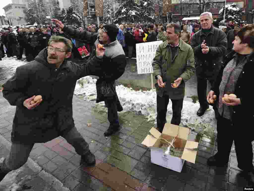 Безробітні кидають яйця під час акції протесту перед будівлею уряду у столиці Македонії Скоп'є
