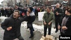 Со јајца по владата - стечајците на вчерашниот протест