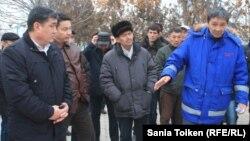 """Амин Елеусинов (справа) и члены профсоюза ведут переговоры о зарплате с представителем партии """"Нур Отан"""". Декабрь 2014 года."""