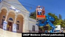 """""""Cu drag pentru acasă"""": Ialoveni are iluminat stradal și va genera mai multe venituri în bugetul local, grație unui autoturn pentru intervenţii la înălţime (PNUD Moldova)"""