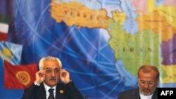 رنگین دادفر سپنتا (چپ) وزیر خارجه افغانستان در کنار همتای ایرانیاش، منوچهر متکی