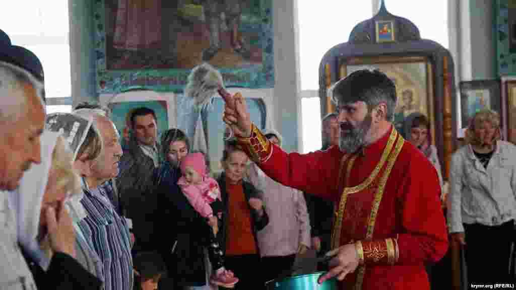 Архиепископ Симферопольский и Крымский Украинской православной церкви Климент провел утреннюю Пасхальную литургию и пожелал верным прихожанам радости и счастья