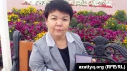 Әсия Ойнарова халықаралық мүгедектер қозғалысы берген медальді көрсетіп отыр. Ақтөбе, 27 қыркүйек 2012 жыл.