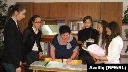 Гүзәлия Гарифьянова үзенең укучылары белән