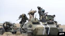 Українські військові біля Маріуполя
