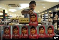 Книга Малалы Юсуфзай в индийском книжном магазине. Октябрь 2013 года