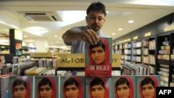 هند: د کتابونو یوه پلورنځي کې د ملالې ګڼ کتابونه پلورلو ته اېښودل شوي.
