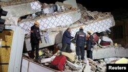 Спасатели у разрушенных домов после землетрясения. Элязыг, Турция, 25 января 2020