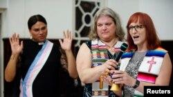 Транспасторы – Синди Буржуа из Канады (в центре), Алексиа Сальвадор из Бразилии слушают Аллисон Робинсон из США