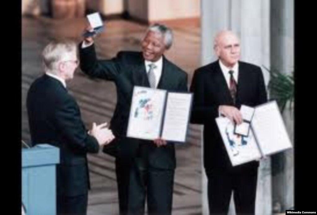 نلسون ماندلا و آخرین رئیسجمهوری دوره آپارتاید، دهکلرک، در سال ۱۹۹۳ برنده جایزه نوبل صلح شدند.