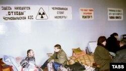 Едва ли не единственный способ для чернобыльцев обратить внимание власти на свои проблемы - голодовка. В разных регионах России такие голодовки происходят постоянно. Для тяжелобольных инвалидов-чернобыльцев такая форма протеста может оказаться смертельной