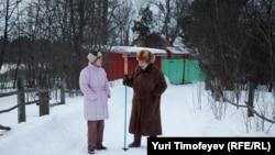 Марина Салье (справа) украшала свой дом в деревне российским флагом