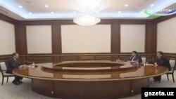 Встреча президента Узбекистана Шавката Мирзияева (справа) с директором Службы внешней разведки России Сергеем Нарышкиным. Ташкент, 28 февраля 2017 года. Фото: Канал «Узбекистан».