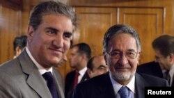 Пакистанскиот министер за надворешни работи Шах Мехмуд Куреши со неговиот авганистански колега Залами Расул