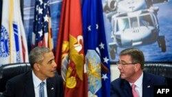 ABŞ-nyň prezidenti Barak Obama (ç) we goranmak sekretary Aş Karter (s), Pentagon, Waşington, 4-nji awgust, 2016.