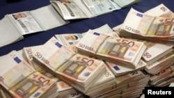 Španski policajci sa novcem zaplenjenim od srpskih kriminalaca, 13. februar 2012.