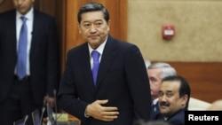 Новый премьер-министр Казахстана Серик Ахметов (в центре), рядом сидит бывший - Карим Масимов (справа), ныне руководитель администрации президента Казахстана. Астана, 24 сентября 2012 года.