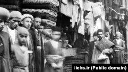 زمان رمان، آخرین سالهای حکومت قاجار است و نویسنده، با توصیف وضعیت معیشتی خانواده بختیار، ارزشی مردمشناسانه به اثر خود میبخشد.
