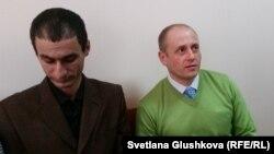 «Иегова куәгерлері» өкілі Евгений Плачента (оң жақта) мен Теймур Ахмедовтің ұлы Агшин Ахмедов. Астана, 27 наурыз 2017 жыл.