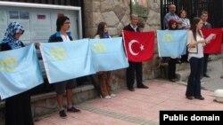 Кырымтатар үзәгенең яшьләр бүлеге Әнкарада Русия илчелеге каршында кырымтатарларны яклап протест чарасы уздыра