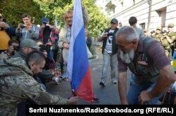 Активісти палять прапор Росії під посольством у Києві, 18 вересня 2016 року