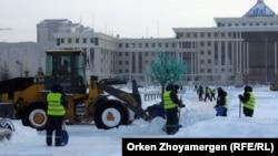 Рабочие коммунального предприятия на уборке снега в Астане. Иллюстративное фото.