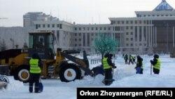 Сотрудники коммунальных служб Астаны работают недалеко от резиденции президента Казахстана. Иллюстративное фото.