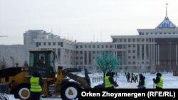 Бәйтерек маңын тазалап жүрген жұмысшылар, Астана. (Көрнекі сурет).