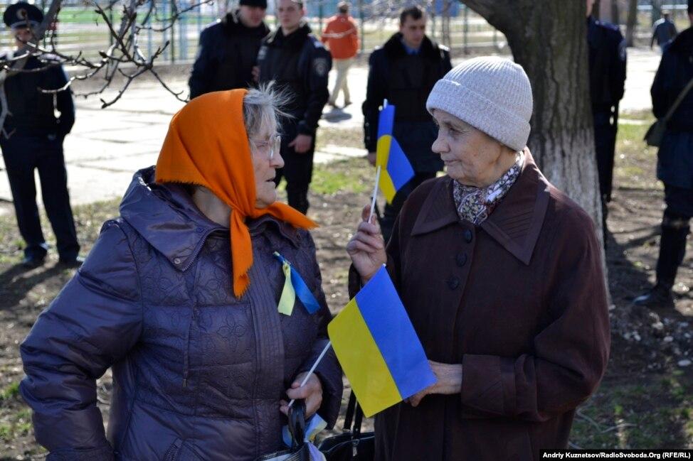 Жители Донецка встали на защиту флага Украины - Цензор.НЕТ 3817