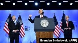 Donald Trump (ortada), Mike Pompeo (solda) və milli təhlükəsizlik müşaviri John Bolton (sağda)