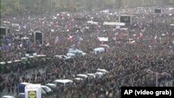 Летенс аянтындагы өкмөт башчыга каршы митингге чогулган эл. Прага шаары. 16-ноябрь, 2019-жыл.