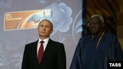 Ламин Диак (справа) и президент России Владимир Путин