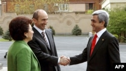 Armenia - Armenian President-elect Serzh Sarkisian (L) shakes hands with former Armenian President Robert Kocharyan (C) and his wife Bella (L) during an inauguration ceremony in Yerevan, 09Apr2008