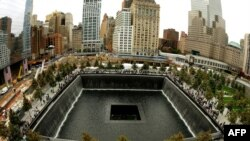 Люди біля відкритого в неділю меморіалу в Нью-Йорку