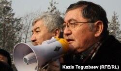 """Главный редактор газеты """"Жас алаш"""" Рысбек Сарсенбайулы выступает на акции протеста. Алматы, 28 января 2012 года."""