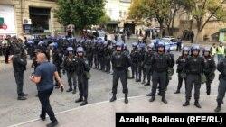 """""""Рұқсат етілмеген митингі орнында"""" тұрған полицейлер. Баку, 19 қазан 2019 жыл."""