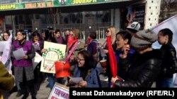 Участники марша за права женщин в Бишкеке. 8 марта 2017 года.
