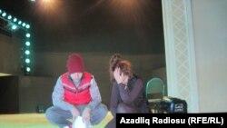 Azad Şabanov və Oksana Rəsulova səhnədə məşq edərkən