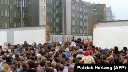 Тысячи жителей Восточного Берлина возле Стены 11 ноября 1989