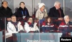 Президент Німеччини Франк-Вальтер Штайнмаєр і його дружина Ельке Бюденбендер (на задньому плані праворуч)