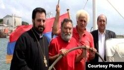 Zori Balayan (soldan ikinci) «Ermənistan» gəmisində