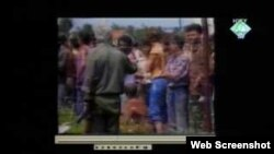 Snimak zatočenika u logoru Trnopolje kao dokazni materijal na suđenju Karadžiću, 9. studeni 2011.